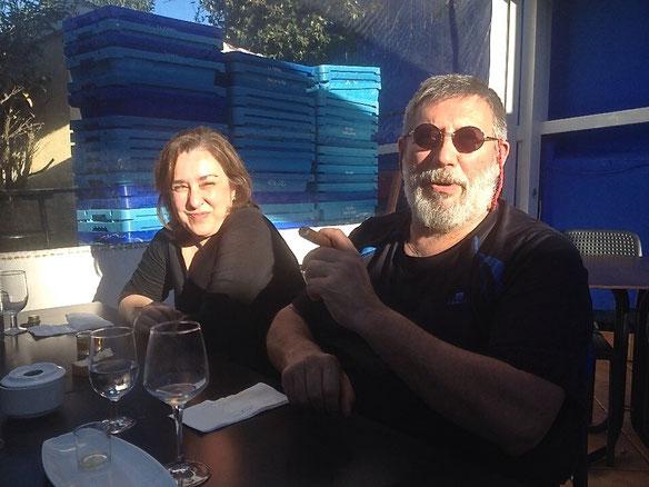 Ernesto García y su esposa disfrutando del sol de invierno en la terraza tras un buen ágape