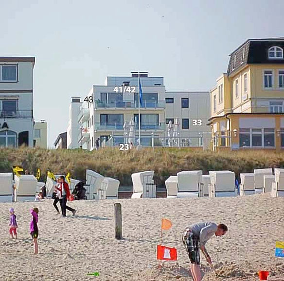 Unsere Meerblick Ferienwohnungen auf Wangerooge vom Strand aus gesehen
