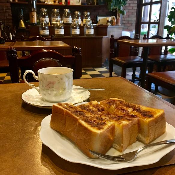 大好きなシナモントースト&ロイヤルミルクティー。寒い時期、レトロな喫茶店に入ると頼みたくなるメニュー♪