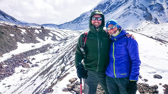 Micha und ich glücklich auf 5.000 Metern Höhe. Im Hintergrund zu sehen, der Thorong-La Pass.