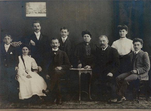 Von links nach rechts: Josef, Emma, Louis, Isaak, Moritz, Jettchen, Meier, Johanna and Willy