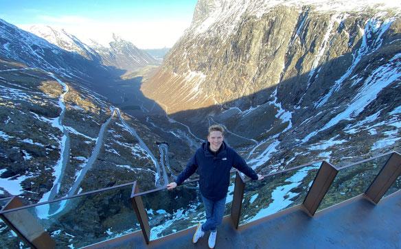Paul vor einem wundereschönen Bergpanorama