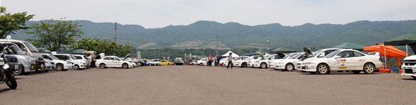 自動車競技会場のパドック
