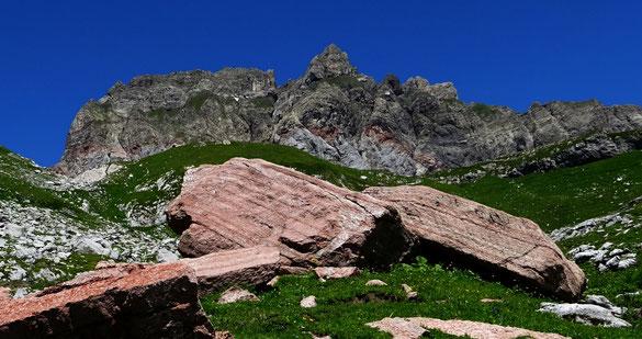 die Rote Wand von Osten mit rotem Liaskalk; ganz links der Furkajoch-Pass