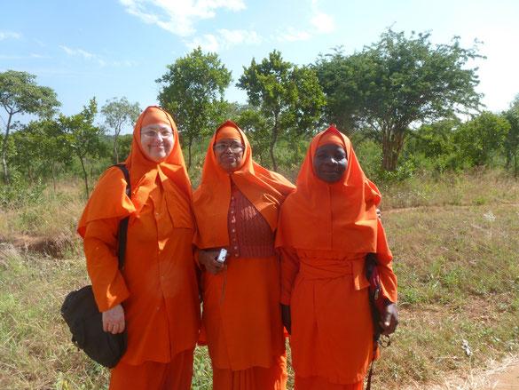 Ganz links im Bild Didi Ananda Ruchira, gebürtige US-Amerikanerin, die seit Ewigkeiten in Kenia lebt und arbeitet   (Bildrechte: mZ-14-2014)