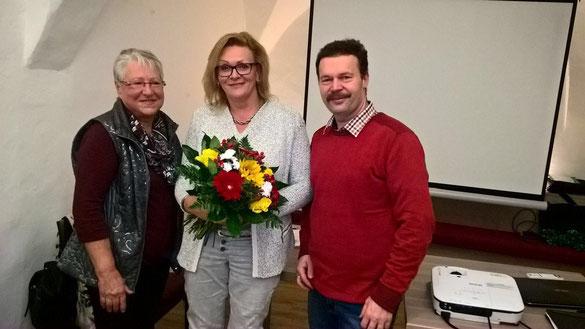 Josefine Kurka und Tourismus-Obmann Leopold Schöller danken Frau Silvia Leitner für ihren unermüdlichen Einsatz