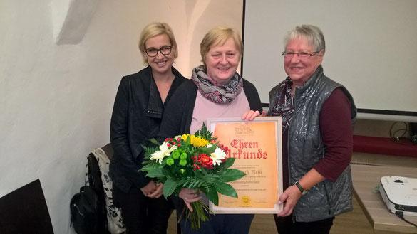 Frau Birgit Aigner-Brunhofer und Josefine Kurka überreichen Frau Elisabeth Redl die Ehrenurkunde