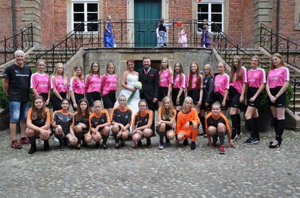"""Das Bild zeigt """"die Mädels"""" bei der Hochzeit ihrer Trainerin Andrea Brinkmann"""