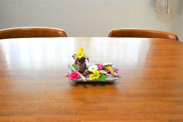テーブルに置いたアレンジメント