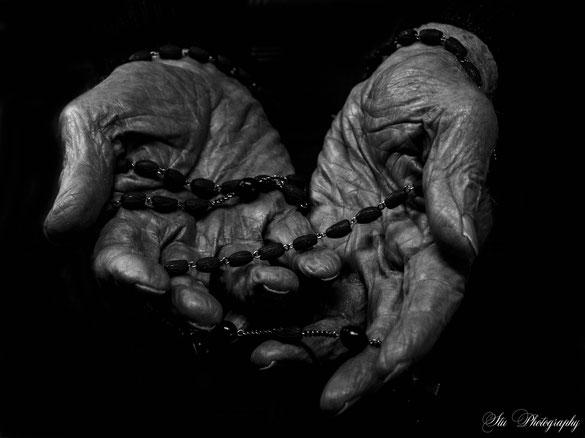 Hände - Rosenkranz / S/W Forografie