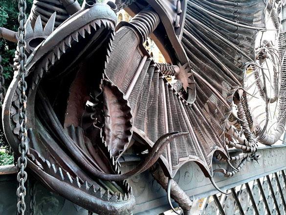 Кованый дракон, напоминающий легенду о золотых яблоках из Сада Гесперид
