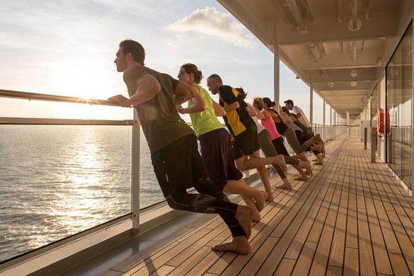 Kreuzfahrt, Sport, Dehnübungen mit Jon Hipp an Deck der MS Europa 2
