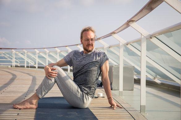 In2Balance Kreuzfahrt Yoga an Deck der MS Europa 2 mit Patrick Broome