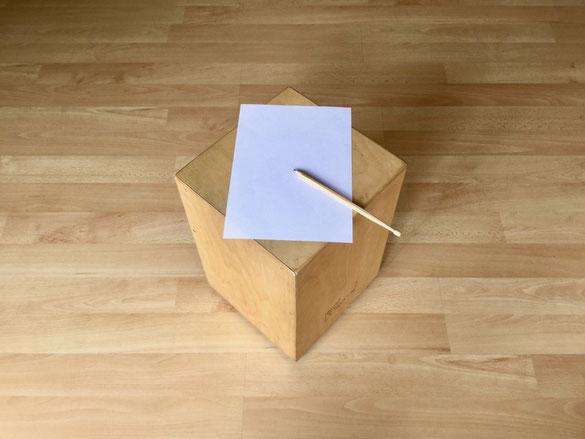 Cajon mit Stift und Papier