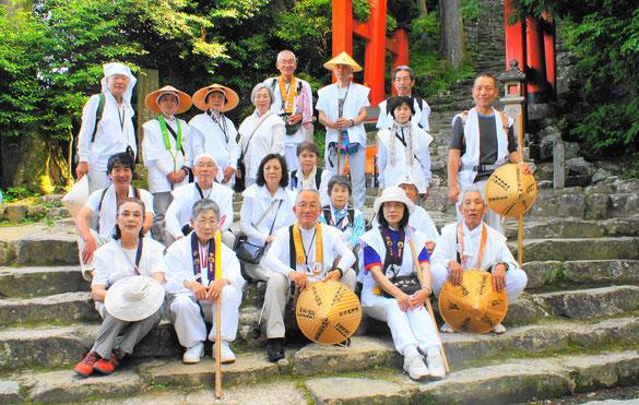 神倉神社石段で全員集合・さあ石段に挑戦です