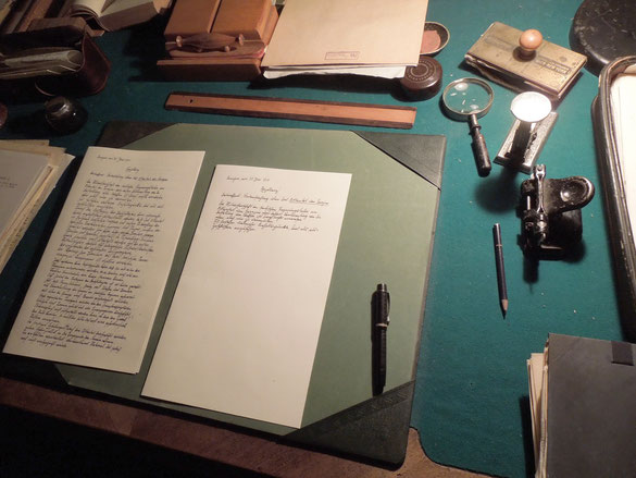 Vorbereitung für das Double: Schreibtisch mit Requisiten