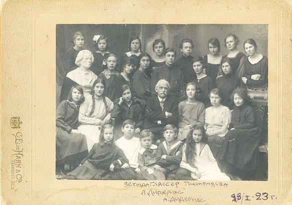 И. А. Гляссер в окружении учеников детскосельской школы. Январь 1923 г.