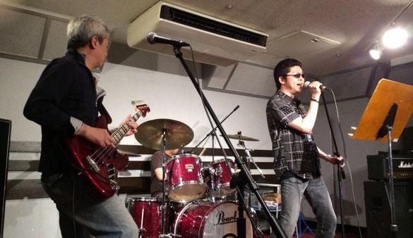 島村楽器津田沼パルコ店のスタジオで演奏する「野澤牧」「五十嵐公一」「伊勢谷勇人」