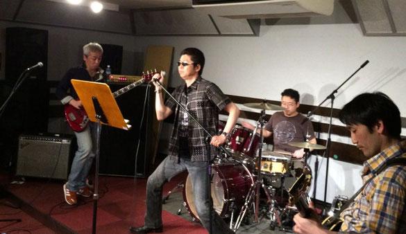 島村楽器津田沼パルコ店のスタジオで演奏する「野澤牧」「五十嵐公一」「伊勢谷勇人」「有福啓典」