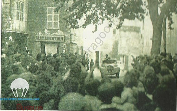 Rare et Unique photographie connue à ce jour du retour triomphal de l'Abbé ALOISI à Bargemon dans une 202 peugeot  probablement prise l'été 1945