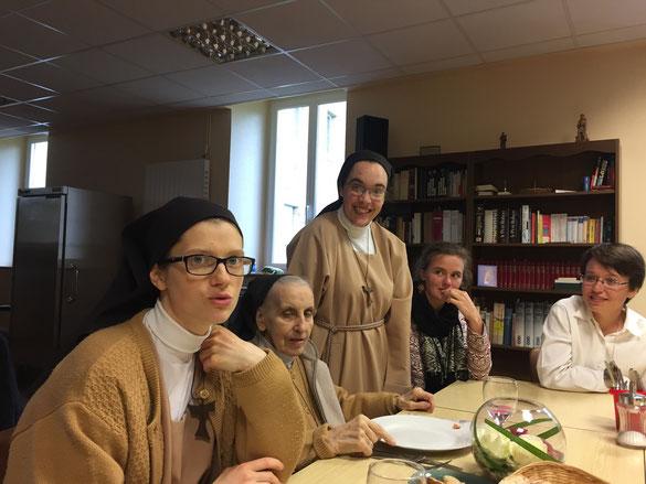 Assises : Soeurs Anne-Laure et Marie-Paule ; debout Soeur Rosène, et à côté des amies.