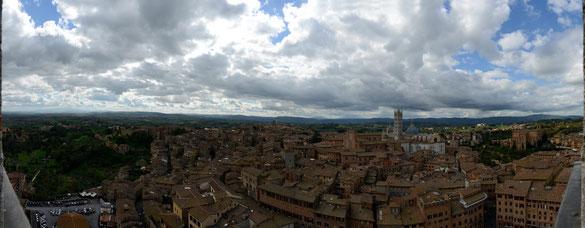 Freihand 180° Panorama vom Rathausturm Siena, Toskana