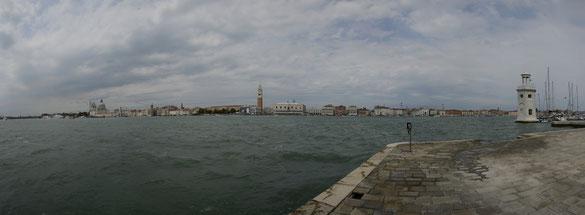 Freihand 180° Panorama, Blick von Chiesa di S. Giorgio Maggiore e Chiosri auf Venedig, Venezien