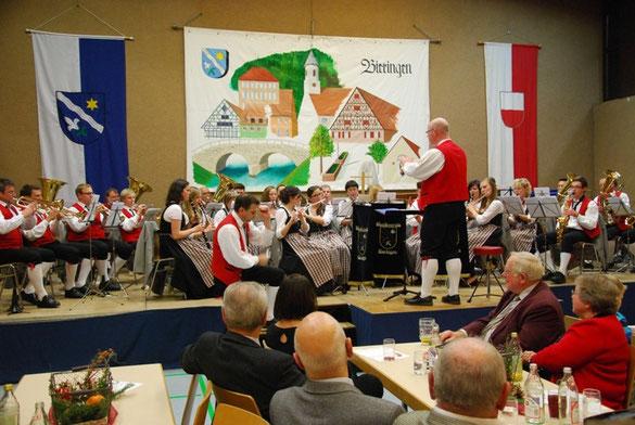 Hermann Blöchle spielt das Solo bei der Löffelpolka