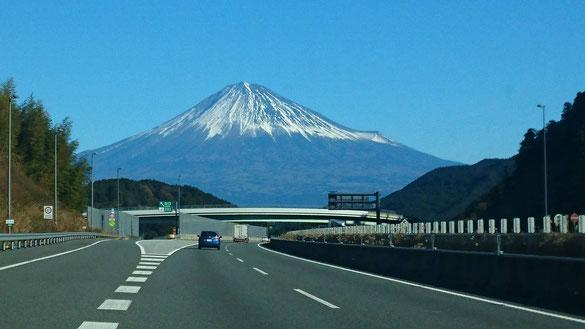 2017.12.14 車窓から世界遺産「富士山」を撮影しました。高さ3776m300年前(1704年宝永の噴火)江戸時代に噴火し大量の溶岩流と江戸(東京)にまで噴煙が降り注いだと言われています。世界歴史遺産に認定されている富士山も活火山です。右側の小さなふくらみが宝永火山の火口です