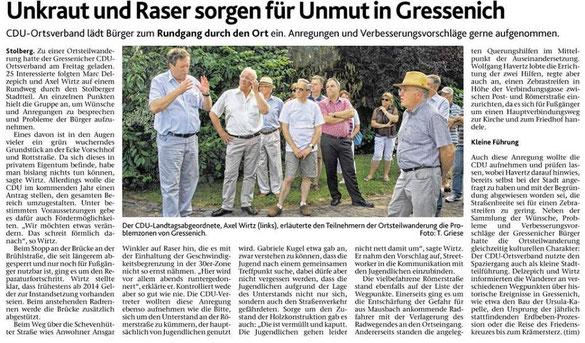 Bei dem vom OV-Vorsitzenden Marc Delzepich organisierten Ortteilspaziergang erläutert Axel Wirtz Helmut Brandt und den Umstehenden das Entwicklungspotenzial des Ortsteils