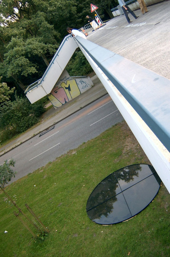 목지 2005, Toronto Bruecke, Hamburg  주위 풍경이 잘 투영되도록 거울효과를 극대화하기위해 흰색보다 검은 색으로 오브제를 처리함