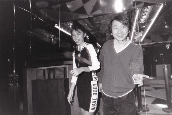 1987年FMレコパルの取材のひとコマ。横浜・本牧にあった老舗ディスコ「リンディ」店内にて。後ろに、JBLのオールドスピーカー「ハーツフィールド」がご機嫌なサウンドを大音量で店内に聴かせていました。モデルは野田薫子さんと若い頃の筆者。撮影・垂見健吾
