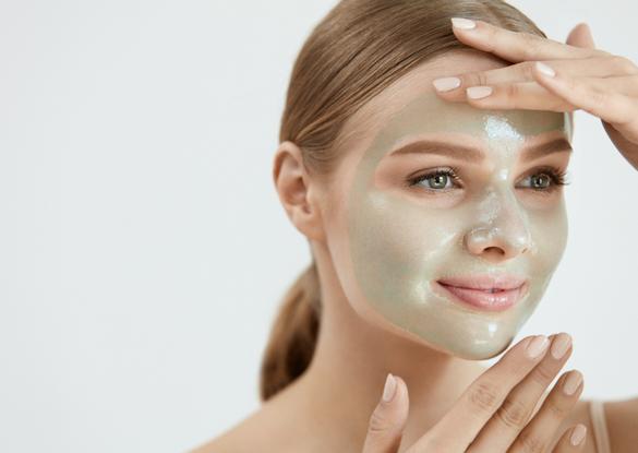 Daher können zu intensive chemische Peelings dazu führen, dass die Haut trocken und gereizt wird oder die obere Schicht unnötig verdickt. Das ist nicht gut und kann zum Beispiel unreine oder strapazierte Haut verschlimmern, insbesondere Haut, die bereits