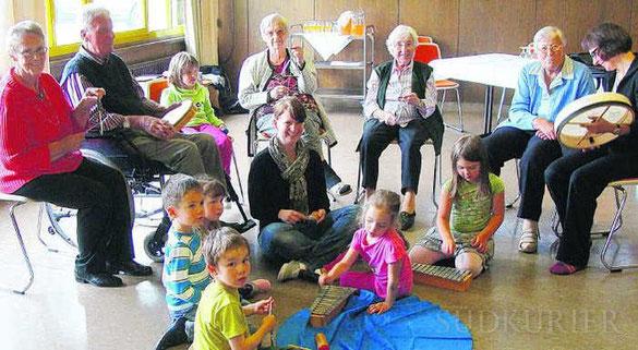 Ein gegenseitiges Geben und Nehmen: das Projekt der Musikakademie am Heilig-Geist-Spital Villingen, wo Kinder und Senioren gemeinsam musizieren.  Bild: Spille