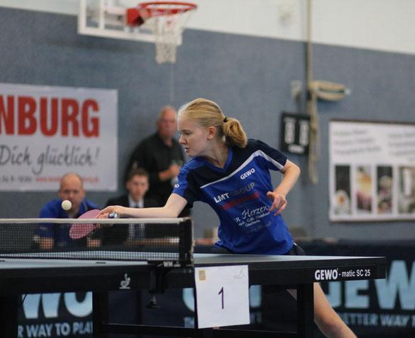 Die 16-jährige Landesranglistenerste der Mädchen, Chiara Steenbuck, brachte das Drittliga-Aufgebot des TSV Schwarzenbek durch ihren Fünfsatz-Erfolg über Düsseldorfs Mannschaftsführerin Melissa Dorfmann vorentscheidend mit 4:2 in Führung.