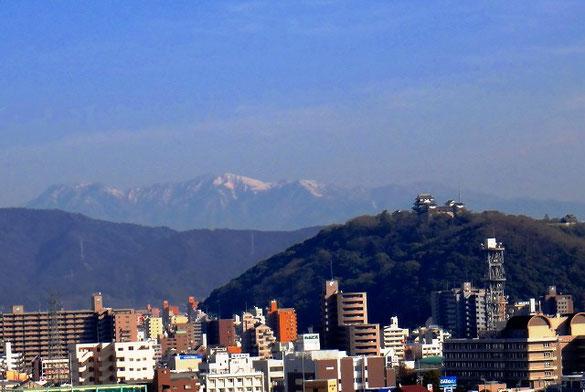 松山城と石鎚山系