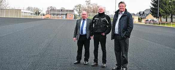 Axel Wirtz (r., Vorsitzender), Harald Rüttgers (l., 2. Vorsitzender), Franz Leister (Mi., Beisitzer und Betreuer der Baustelle) stehen auf dem schwarzen Platz, der grüne Farbe annehmen soll. Foto: I. Hamadache