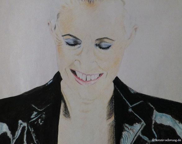 Marie lächelnd, Kohle und Farbstifte
