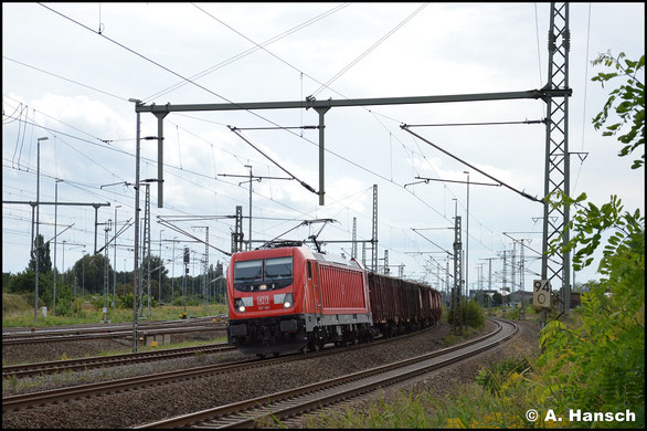 Nur eine Seitenaufnahme war möglich, als 187 081-5 am 28. Juli 2019 hinter 232 428-3 an einem Militärzug in Chemnitz Hbf. steht