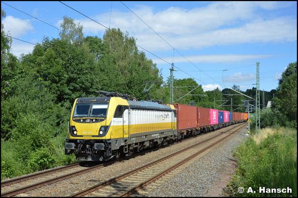 487 001-0 ist in der Schweiz zugelassen. Am 3. Juli 2019 eilt sie mit Containerzug durch Chemnitz-Furth