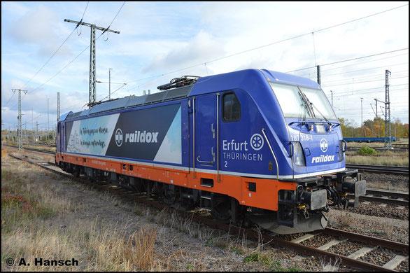 Auch 187 318-1 gehört zum Fuhrpark von Raildox. Am 27. Oktober 2018 ruht die Lok im Vorfeld von Luth. Wittenberg Hbf.