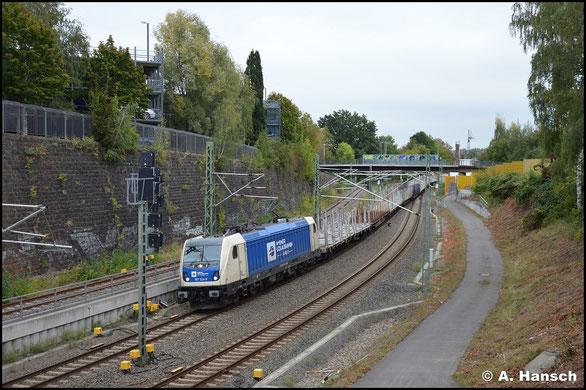 187 324-9 ist für die Wiener Lokalbahnen im Einsatz und hat am 29. September 2020 mit ihrem Leerholzzug nach Freiberg fast den Chemnitzer Hbf. erreicht