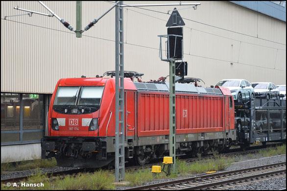 Am 28. August 2021 ruht 187 174-8 mit STVA-Autozug im Chemnitzer Hbf.