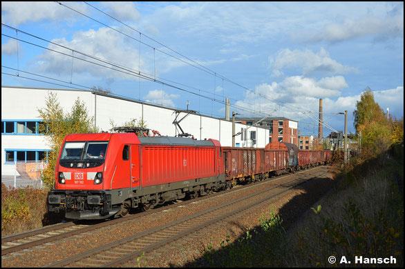 Am 27. Oktober 2020 wird 187 192-0 mit ihrem EZ 51721 in Chemnitz-Schönau von der kurzen Nachmittagssonnenphase schön ausgeleuchtet