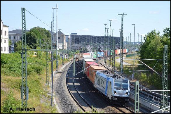 Railpool besitzt einige Loks der BR 187. 187 305-8 verlässt am 4. Juli 2019 mit Containerzug Chemnitz Hbf. in Richtung Glauchau