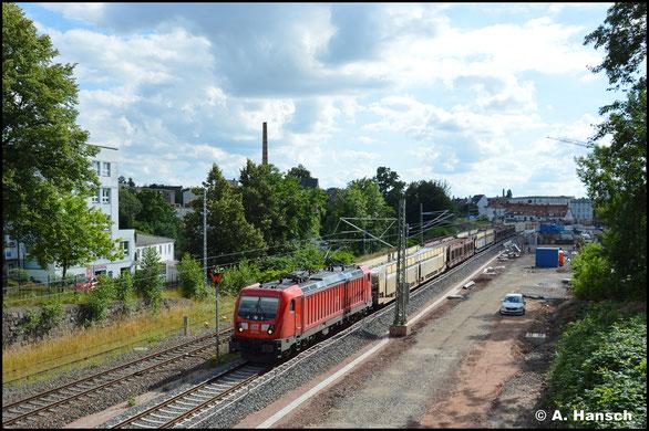 187 176-3 bringt am 12. Juli 2021 den STVA-Autoleerzug durch Chemnitz-Süd gen Osten