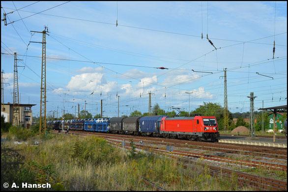 Mit gemischtem Güterzug rollt 187 166-4 am 6. September 2020 durch den Bahnhof Gößnitz