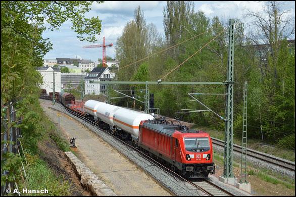 Der Blick von der Chemnitzer Bernhardtstraße auf die Strecke wird bald nicht mehr frei sein. Hier entsteht eine Lärmschutzwand. Am 15. Mai 2021 sind dafür bereits erste Arbeitsschritte getan, als 187 162-3 die Stelle passiert