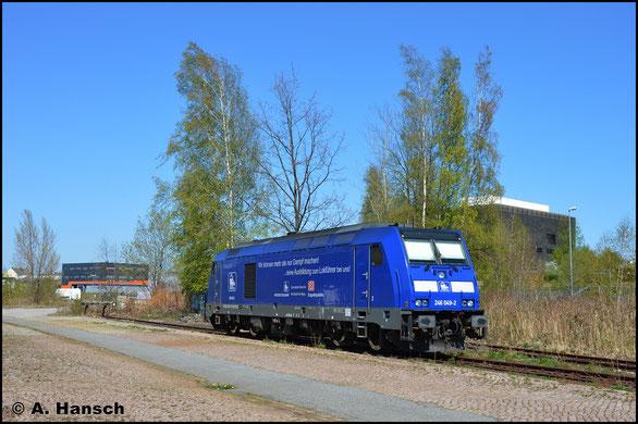 Mit Werbebeklebung versehen, sonnt sich die Lok am 22. April 2020 in Chemnitz-Süd