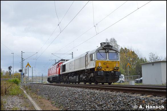 077 024-3 rollt am Haken von 232 262-6 durch Chemnitz-Furth gen Hbf. Die Aufnahme entstand am 27. Oktober 2017, als die Fuhre von Cottbus nach Nürnberg unterwegs war